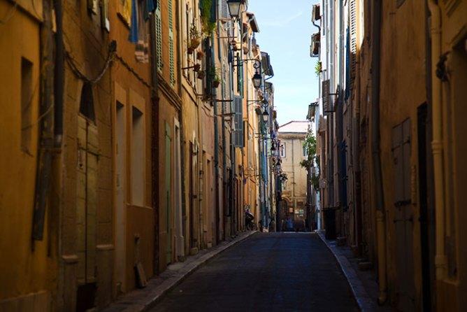 Σοκάκι στη συνοικία Le Panier της Μασσαλίας, Γαλλία