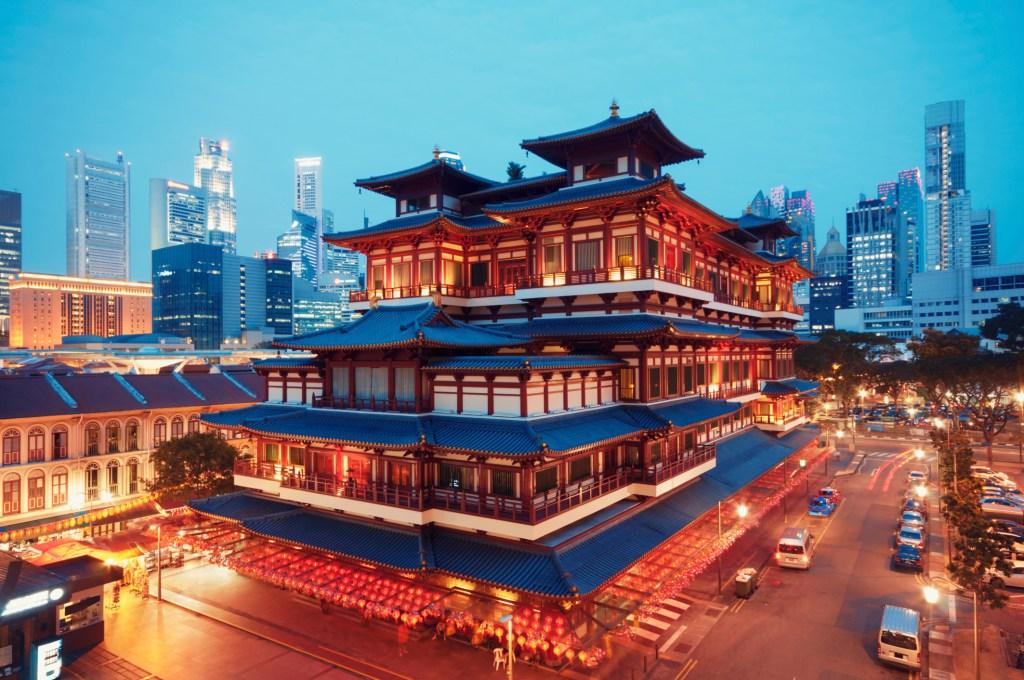 Храм Зуба Будды в Чайна-тауне Сингапура