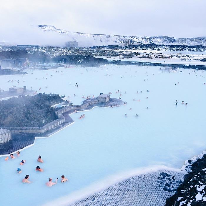 Κολυμβητές στα αχνιστά λευκογάλαζα νερά της Γαλάζιας Λίμνης της Ισλανδίας
