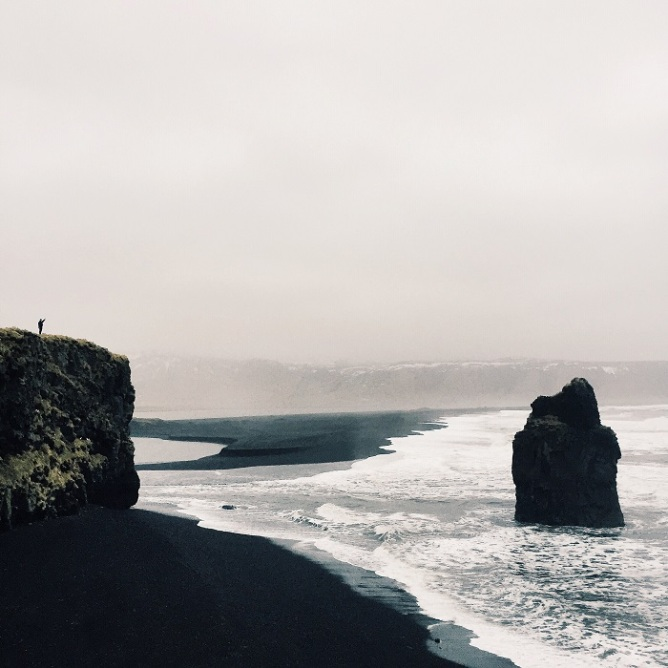 Η μαύρη παραλία Reynisfjara στη νότια ακτή της Ισλανδίας