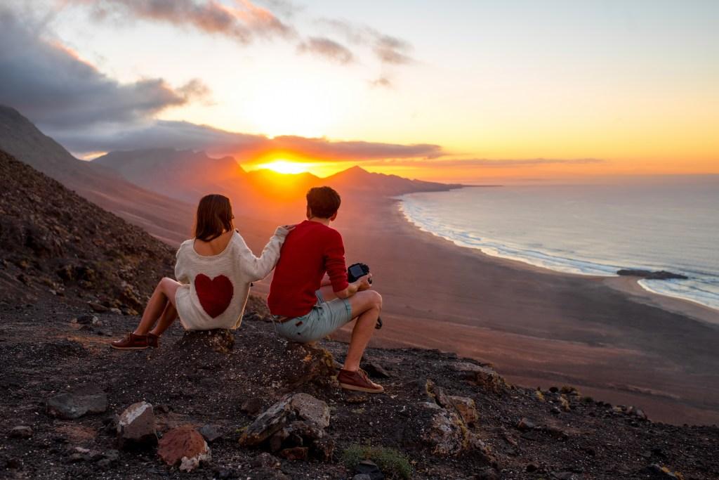 Ζευγάρι αγναντεύει το ηλιοβασίλεμα στο Φουερτεβεντούρα, Κανάριες Νήσοι