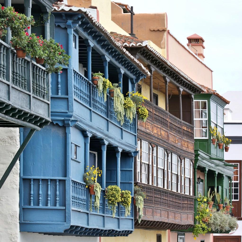 Xαρακτηριστικά πολύχρωμα ξύλινα μπαλκόνια στα Κανάρια Νησιά