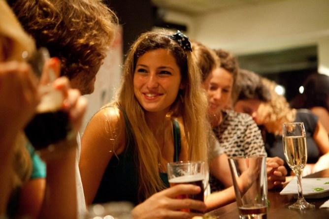 Μια κοπέλα πίνει το ποτό της με φίλους, Τελ Αβίβ, Ισραήλ