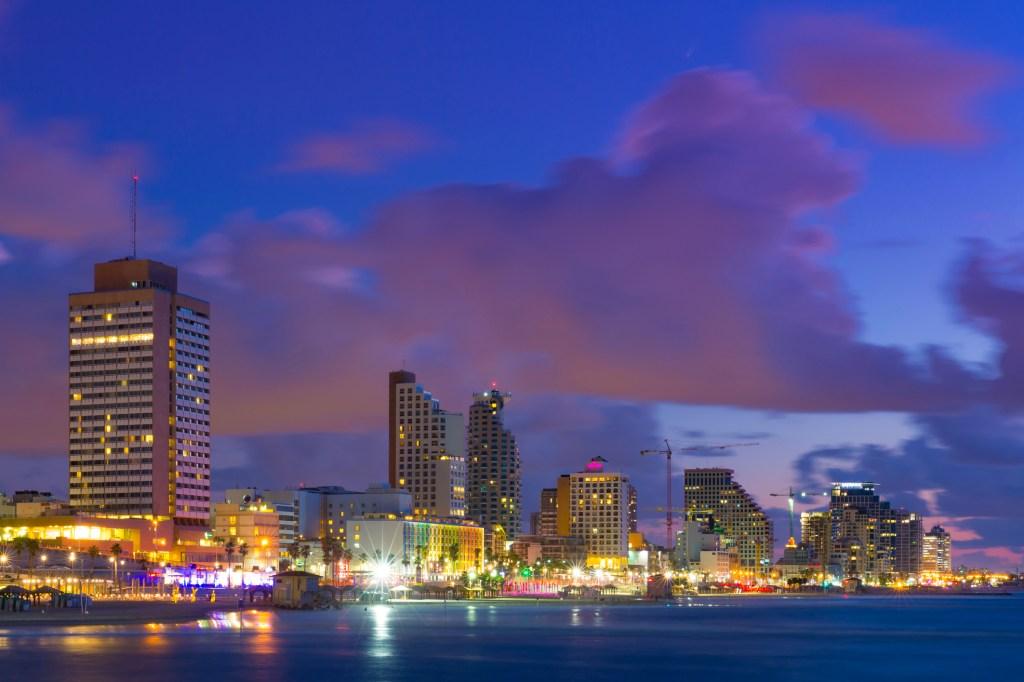 Ουρανοξύστες στο Τελ Αβίβ φωτισμένοι τη νύχτα