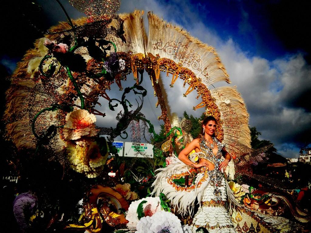 Γυναίκα φορά φανταχτερό κουστούμι στο Καρναβάλι της Τενερίφης