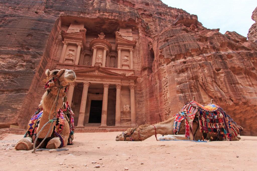 Καμήλες ξεκουράζονται μπροστά από την πρόσοψη του Θησαυροφυλακίου στην Πέτρα.