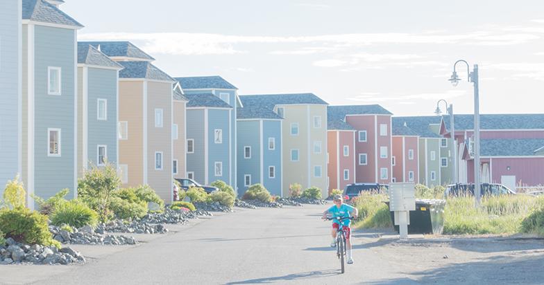 Cyklande pojke i en stad i Alaska.