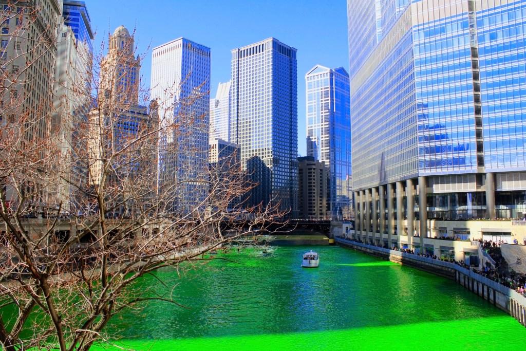 Зеленая река в Чикаго, специально ко Дню Святого Патрика