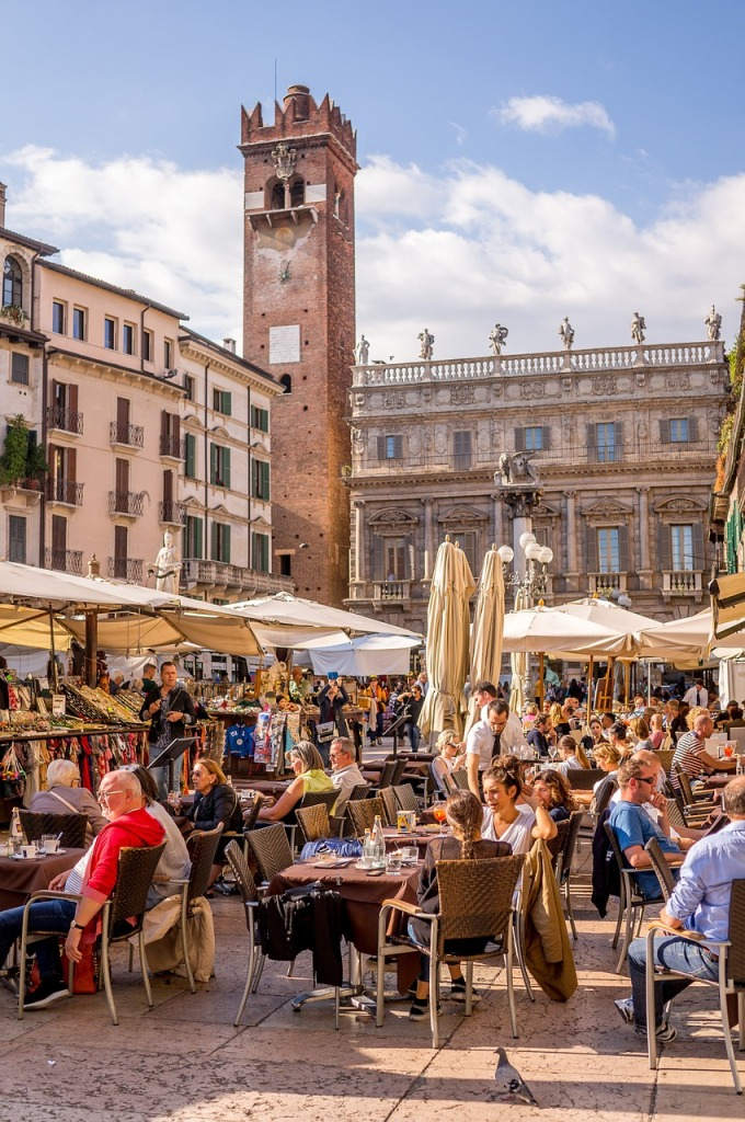 Κόσμος πίνει το ποτό του σε πλατεία στη Βερόνα - πού να πάτε Σαββατοκύριακο τον Σεπτέμβρη