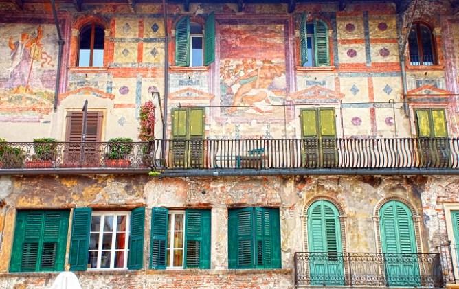 Ιστορικό κτίριο με τοιχογραφίες στην Piazza delle Erbe της Βερόνας