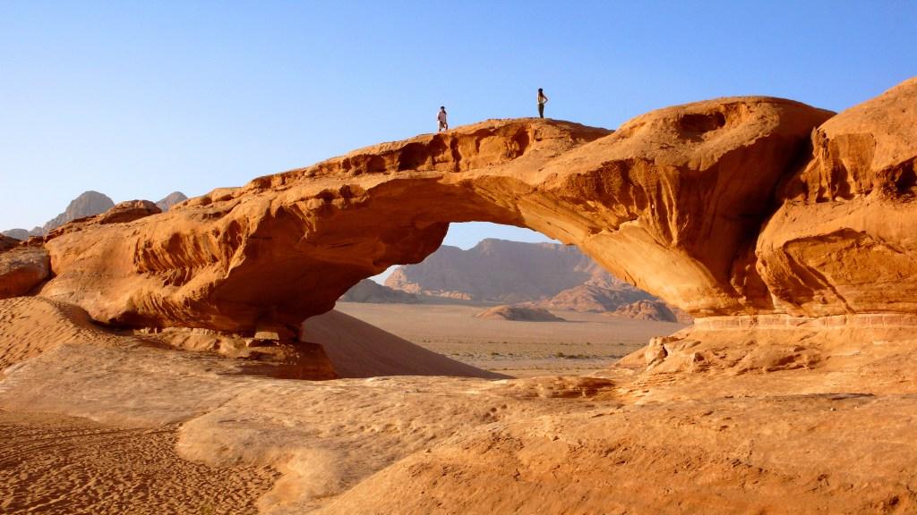 Η βραχώδης γέφυρα Burdah στην έρημο Wadi Rum.