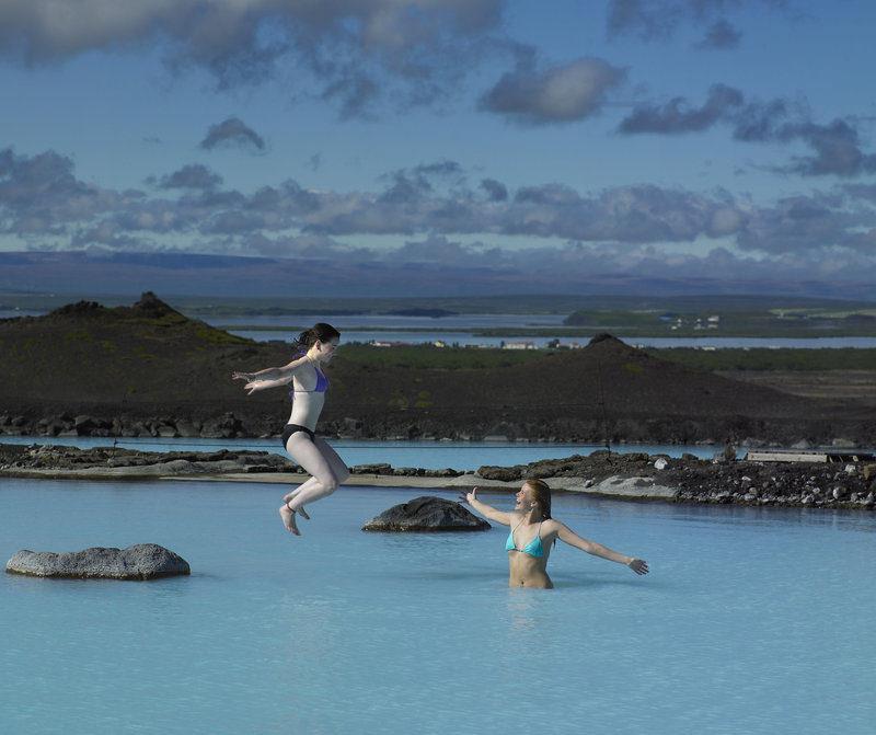 Δύο κοπέλες διασκεδάζουν στο Blue Lagoon της Ισλανδίας