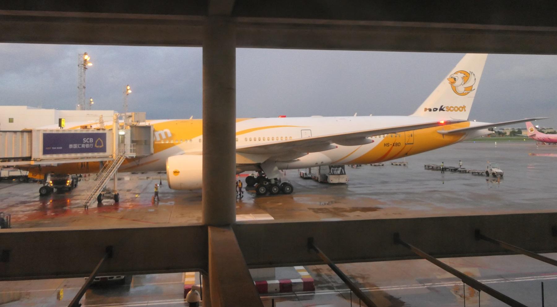 バンコクに到着するノックスクートXW101便