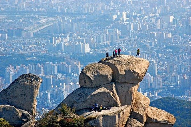 Если любите ходить пешком, прогуляйтесь по горным тропам в национальном парке Пукхансан в Сеуле