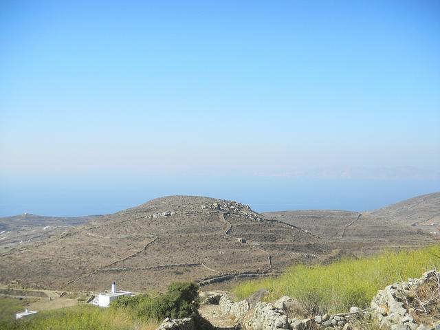 Άνυδρο τοπίο μεταξύ ουρανού και θάλασσας στην Τήνο