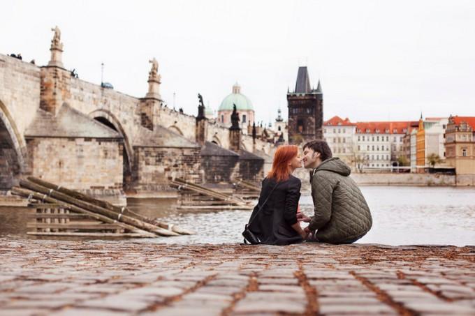 Para całująca się nad rzeką