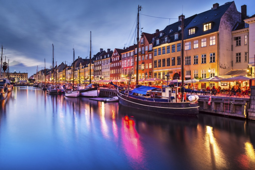 Nyhavn. Find billige flybilletter til Europa. FInd billige flybilletter til København. Nyd denne skønne bys mange eventyr!