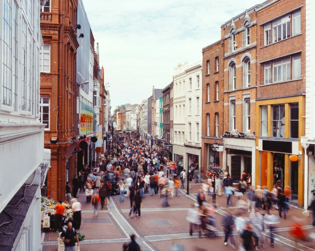 Κόσμος βολτάρει στη Grafton Street, Δουβλίνου - ενας απ'τους τοπ προορισμούς για Σαββατοκύριακο τον Ιούλιο