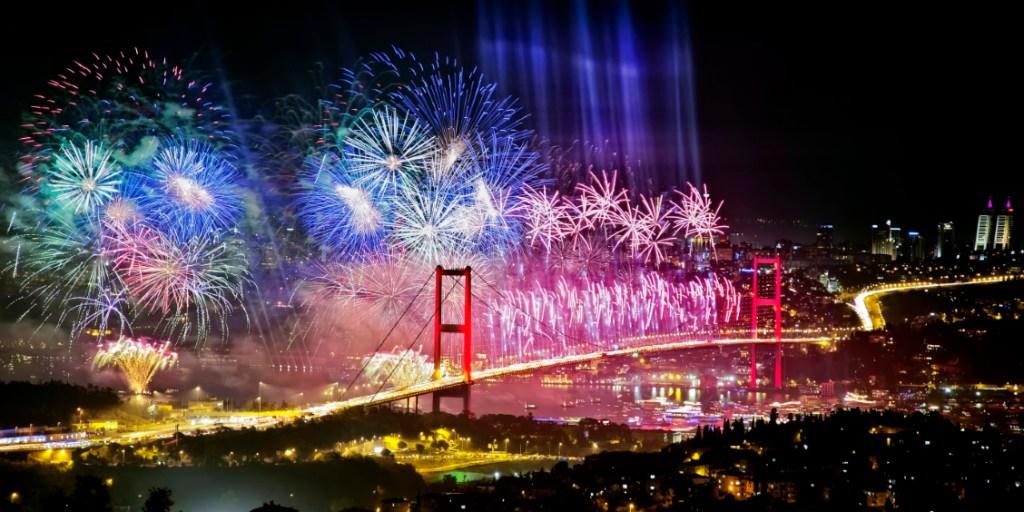Фейерверк над мостом над Босфором в Стамбуле