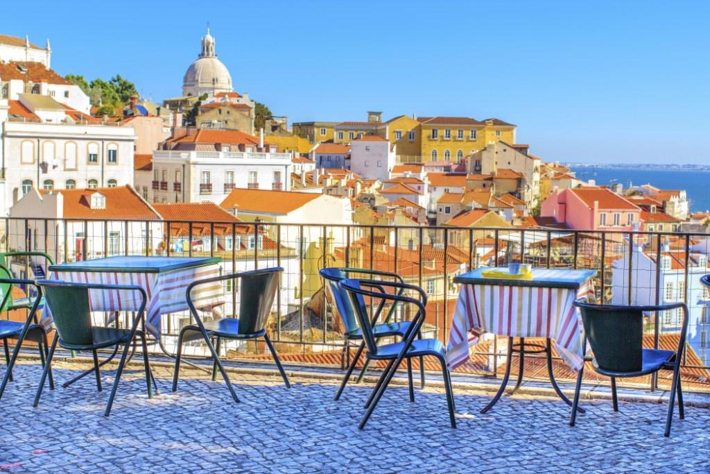 Μπαλκόνι με τραπεζάκια που προσφέρουν θέα της Λισαβόνας από ψηλά.
