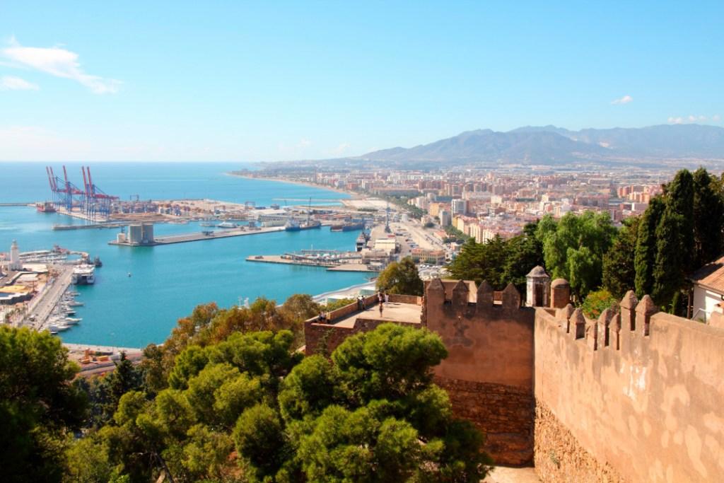 Udsigt over Malaga. Find billige flybilletter til Europa. FInd billige flybilletter til Malaga Nyd denne skønne bys mange eventyr!