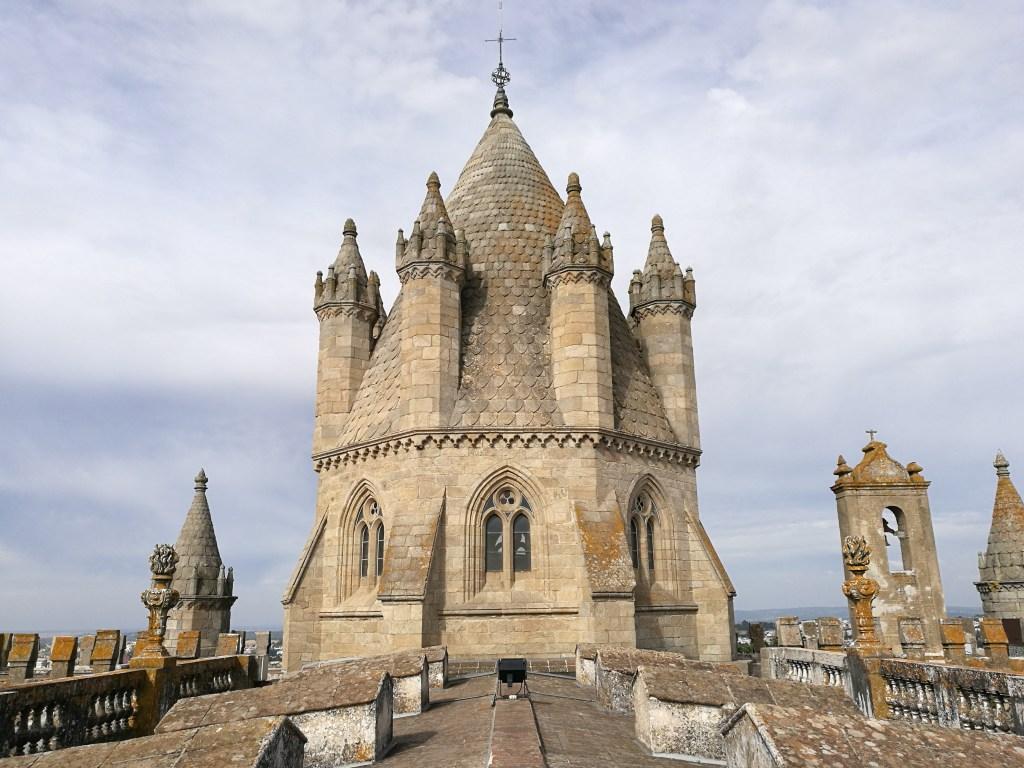 Η κορυφή του εντυπωσιακού καθεδρικού Sé στην Έβορα.