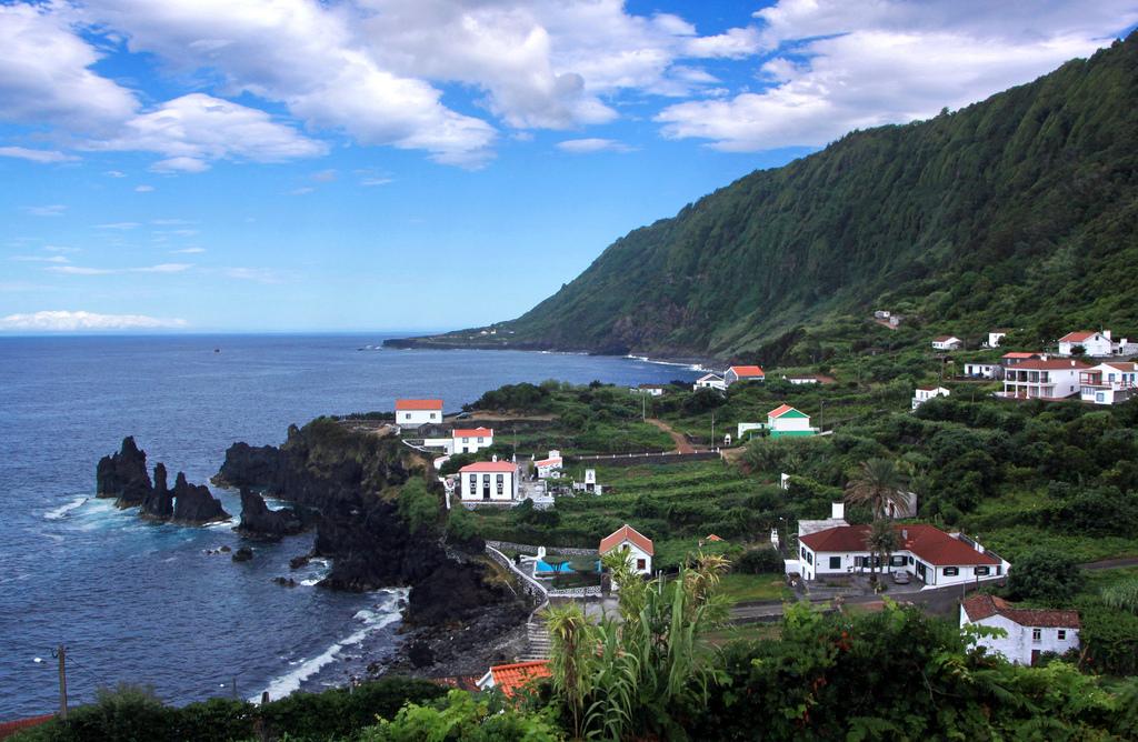 Σπίτια μέσα στο πράσινο, δίπλα στη θάλασσα, στο νησί Σάο Ζόρζε στις Αζόρες.