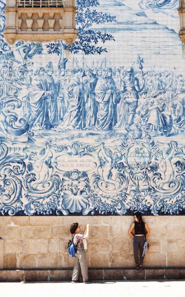 Τα πλακάκια azulejos είναι το καλύτερο φόντο για φωτογραφίες από την εκδρομή σας στο Πόρτο.