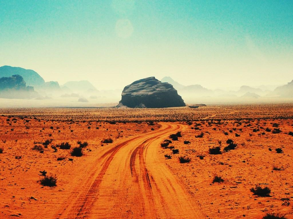Εντυπωσιακοί βραχώδεις σχηματισμοί στον ορίζοντα του Wadi Rum.