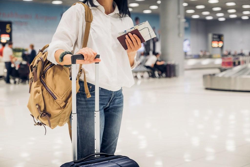 Chica con equipaje en aeropuerto