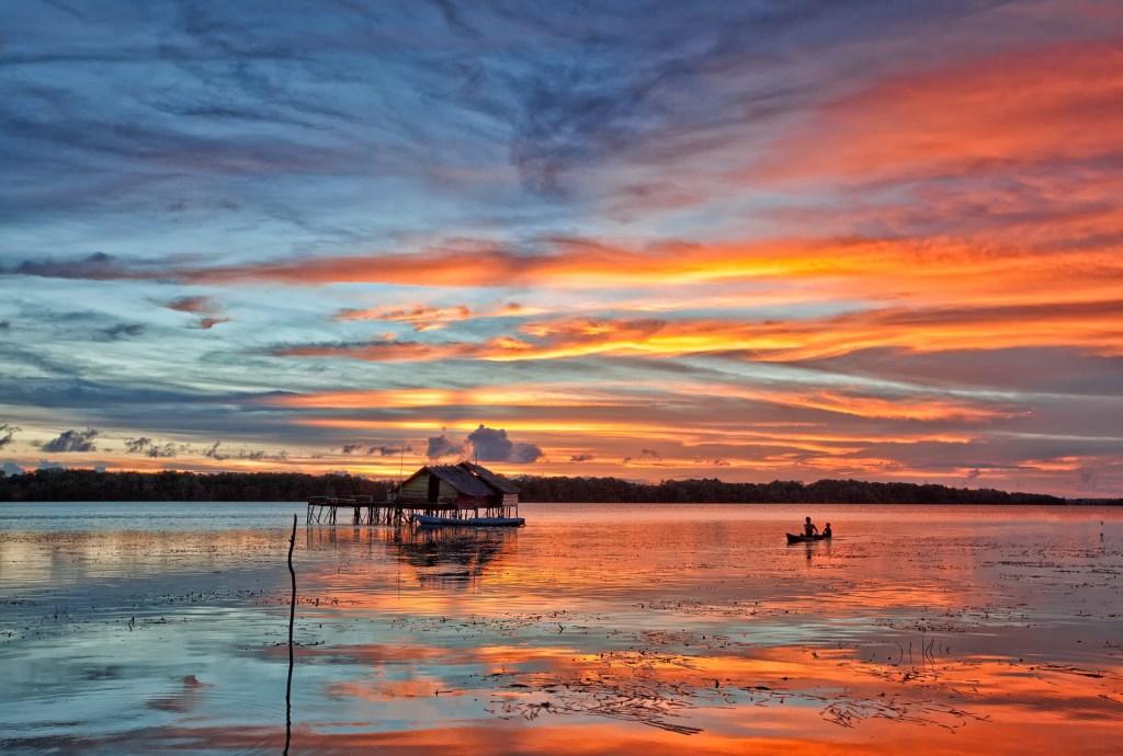 Geht auf die Suche nach den schönsten Sonnenuntergängen in Indonesien