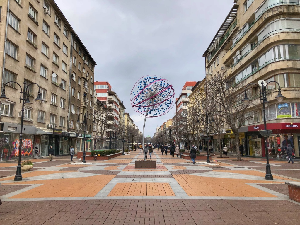 Μοντέρνο γλυπτό στο μέσο της λεωφόρου Vitosha στη Σόφια, Βουλγαρία