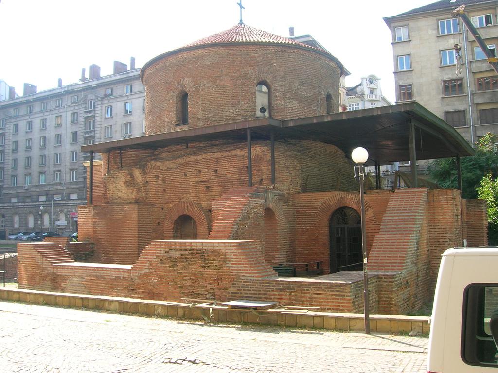 Άποψη της ροτόντας του Αγίου Γεωργίου στο κέντρο της Σόφιας.