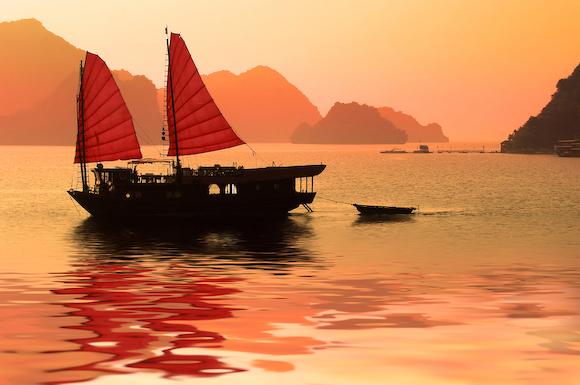 ベトナム 夕陽に染まるハロン湾