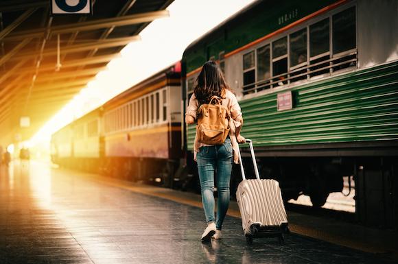 女性の列車一人旅