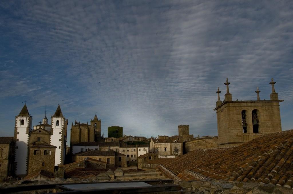 To μεσαιωνικό Kάθερες της Ισπανίας τη νύχτα