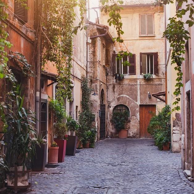 Δρομάκι με πολλά φυτά στη Ρώμη