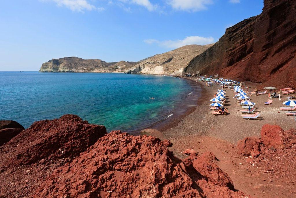 Τα κόκκινα βράχια με τα βαθιά μπλε και πράσινα νερά στην Κόκκινη Παραλία, Σαντορίνη