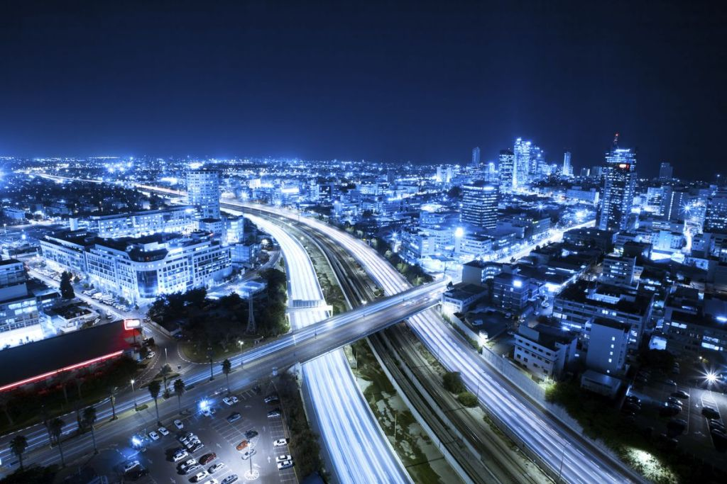 Αυτοκινητόδρομος φωτισμένος τη νύχτα στο Τελ Αβίβ, Ισραήλ