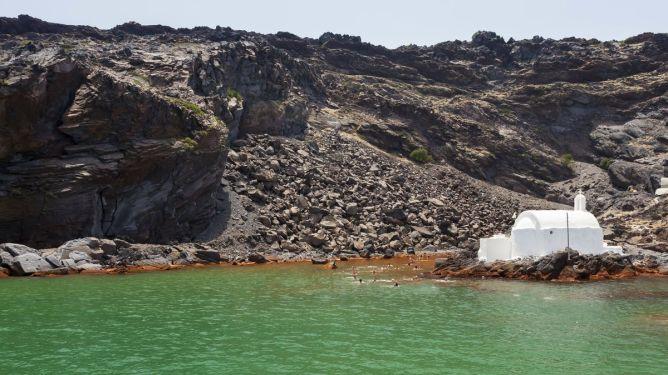 Πράσινο νερό που αναβλύζει από τον βυθό στο ηφαίστειο της Σαντορίνης