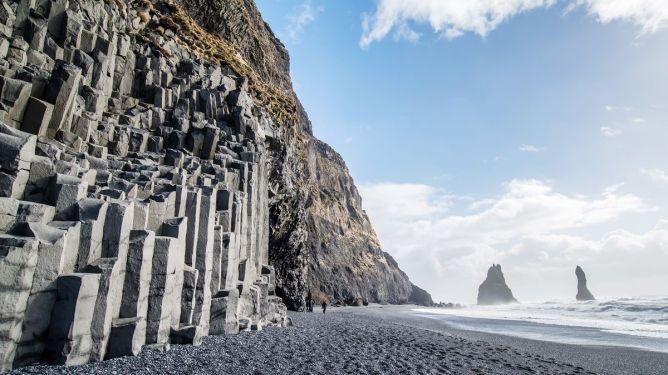 Βράχοι από βασάλτη στην ηφαιστειογενή παραλία Reynisfjara, Ισλανδία