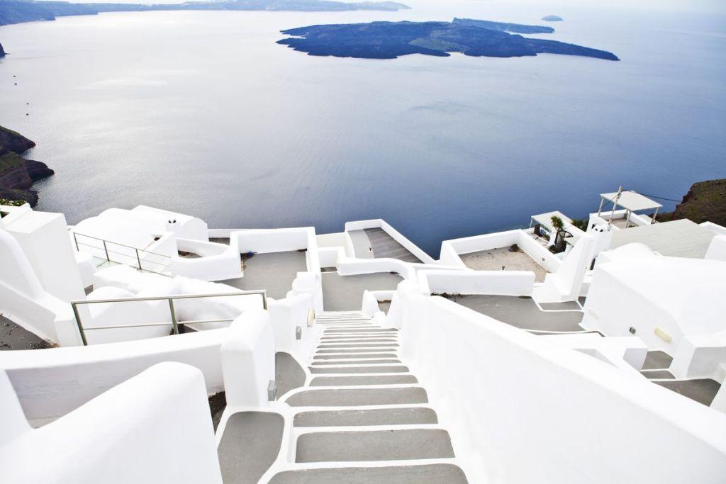 Άποψη του ηφαιστείου απ' τα λευκά σπίτια στο Ημεροβίγλι Σαντορίνης