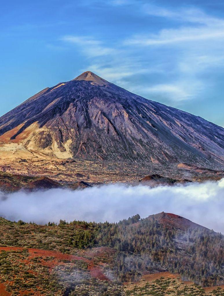 Το όρος Teide στην Τενερίφη υψώνεται πάνω από τα σύννεφα