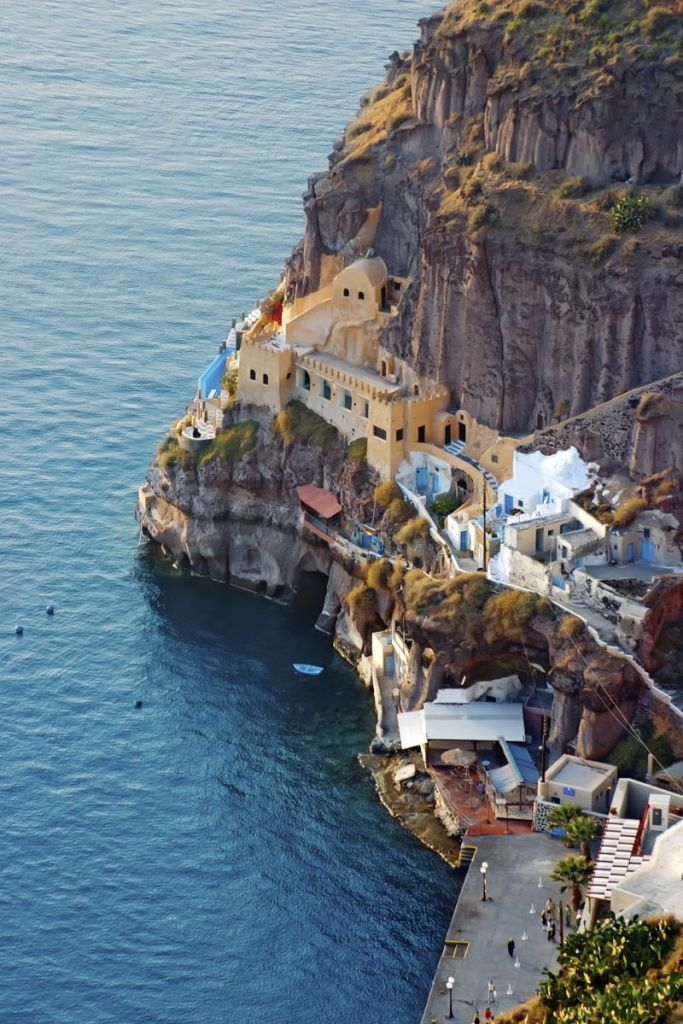 Σπίτια χτισμένα στους απότομους βράχους της Σαντορίνης