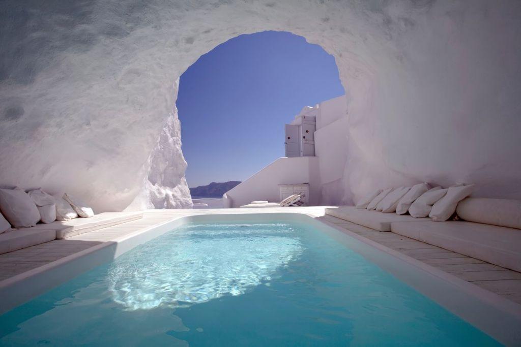 Πισίνα σε σπηλιά σε ξενοδοχείο στη Σαντορίνη