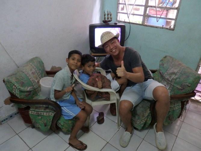 キューバの地元の人の家に招き入れられ、子供達と遊ぶ