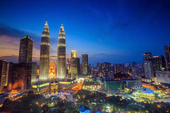 クアラルンプール(マレーシア)夜空にきらめくツインタワー