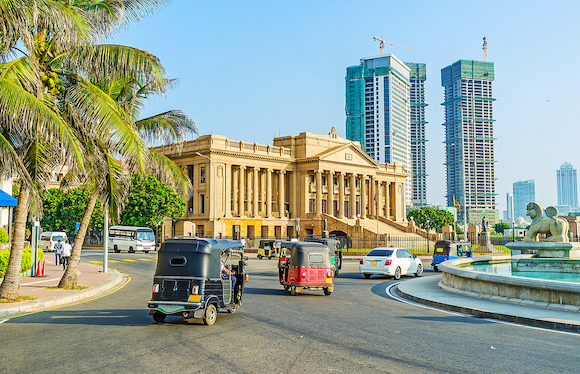 コロンボ(スリランカ)高層ビルとコロニアル建築が調和