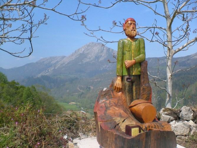 Rutas de senderismo en Asturias: Uno de los personajes que puedes encontrar en la Ruta del camín encantau
