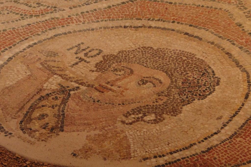 Мозаика у входа в дом в Музее византийской культуры в Салониках в Греции
